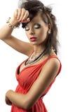 Ritratto del brunette di modo con la mano vicino al fronte Fotografie Stock