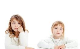 Ritratto del brunette e biondo del bambino delle ragazze su bianco Fotografie Stock
