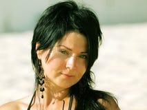 Ritratto del brunette sulla spiaggia Immagini Stock Libere da Diritti