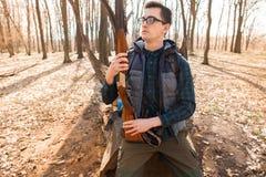 Ritratto del cacciatore di yang con uno zaino e una pistola sulla foresta immagini stock