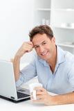 Ritratto del caffè bevente dell'uomo mentre funzionando Immagine Stock Libera da Diritti