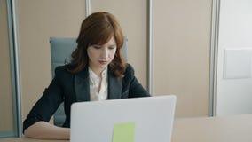Ritratto del capo femminile che lavora nell'ufficio video d archivio