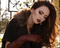 Ritratto del cappotto d'uso di signora elegante e dei guanti di cuoio fotografie stock libere da diritti