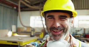 Ritratto del carpentiere attraente che sorride per la macchina fotografica stock footage
