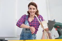 Ritratto del carpentiere dell'apprendista della giovane donna immagine stock libera da diritti