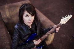 Ritratto del chitarrista da sopra Immagini Stock Libere da Diritti