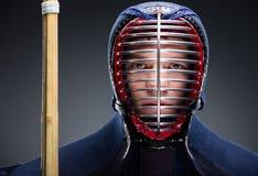 Ritratto del combattente di kendo con lo shinai Fotografie Stock Libere da Diritti