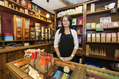 Ritratto del commesso femminile che lavora nella caffetteria Immagine Stock