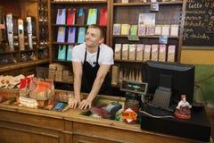Ritratto del commesso sicuro nel deposito del caffè Fotografia Stock Libera da Diritti