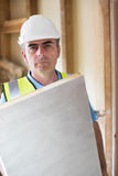 Ritratto del costruttore Fitting Insulation Boards nel tetto di nuova H Immagini Stock Libere da Diritti