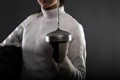 Ritratto del costume di recinzione bianco d'uso della donna Fotografia Stock Libera da Diritti