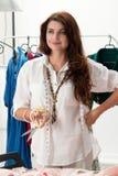 Ritratto del creatore femminile del vestito che sta al suo atelier Fotografia Stock