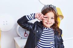 Ritratto del Cu sveglio della mano di sorriso del bambino della piccola piccola ragazza graziosa di signora Immagini Stock Libere da Diritti