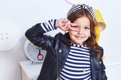Ritratto del Cu sveglio della mano di sorriso del bambino della piccola piccola ragazza graziosa di signora Fotografia Stock