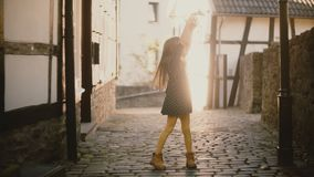 Ritratto del dancing abbastanza caucasico di balletto della ragazza Bambino femminile che posa alla macchina fotografica Piccola  archivi video