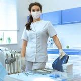 Ritratto del dentista della donna al suo ufficio Fotografie Stock Libere da Diritti