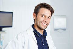 Ritratto del dentista felice in cappotto del laboratorio fotografie stock