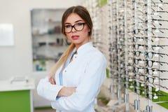 Ritratto del deposito di Woman At Eyeglasses dell'ottico fotografia stock