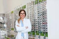 Ritratto del deposito di Woman At Eyeglasses dell'ottico fotografia stock libera da diritti