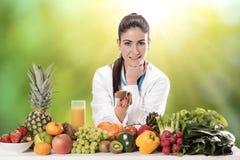Ritratto del dietista femminile felice immagini stock