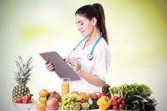 Ritratto del dietista femminile felice fotografia stock