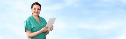 Ritratto del dottore femminile Using Digital Tablet fotografia stock libera da diritti