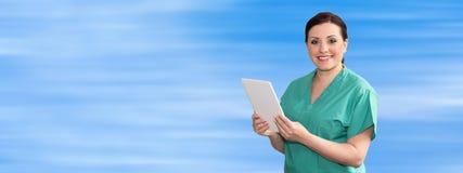Ritratto del dottore femminile Using Digital Tablet fotografia stock