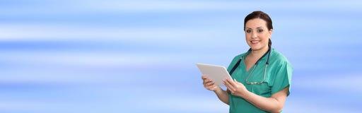 Ritratto del dottore femminile Using Digital Tablet fotografie stock libere da diritti