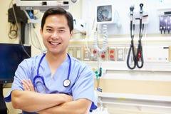 Ritratto del dottore maschio In Emergency Room Immagini Stock Libere da Diritti