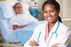 Ritratto del dottore With Patient In Background Immagini Stock Libere da Diritti