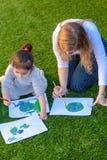 Ritratto del drawnig sveglio del bambino un'immagine del globo della terra immagini stock