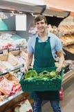 Ritratto del droghiere dell'uomo che tiene una cassa delle verdure Fotografia Stock