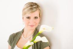 Ritratto del fiore romantico del giglio di calla della stretta della donna Immagini Stock Libere da Diritti