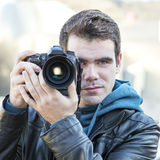 Ritratto del fotografo che usando macchina fotografica professionale. Fotografia Stock Libera da Diritti