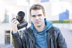 Ritratto del fotografo con la macchina fotografica, all'aperto. Fotografia Stock Libera da Diritti