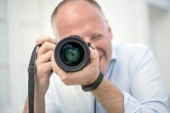 Ritratto del fotografo con una grande macchina fotografica fotografia stock libera da diritti