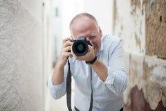 Ritratto del fotografo con una grande macchina fotografica fotografia stock
