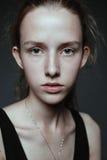 Ritratto del fronte del primo piano della giovane donna senza trucco I naturale fotografia stock libera da diritti
