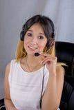 Ritratto del fronte dell'operatore di call center della donna sulla linea lavoratore di sostegno Immagine Stock