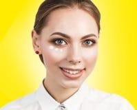 Ritratto del fronte della donna con i dotts crema Fotografia Stock