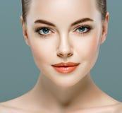 Ritratto del fronte della donna di bellezza Bello Girl di modello con pelle pulita fresca perfetta Immagine Stock Libera da Diritti