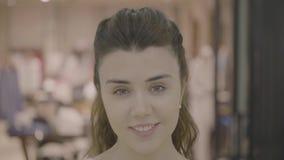 Ritratto del fronte di bella ragazza sorridente adulta video d archivio