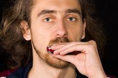 Ritratto del fronte pieno dell'uomo che gioca armonica Fotografie Stock