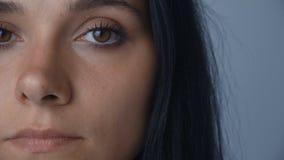 Ritratto del fronte del primo piano della giovane donna castana con gli occhi marroni stock footage