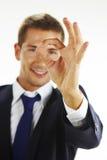 Ritratto del giovane bello che gesturing segno giusto Immagine Stock Libera da Diritti
