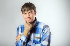 Ritratto del giovane casuale che esamina macchina fotografica Fotografie Stock