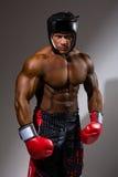 Ritratto del giovane con il casco di pugilato Immagine Stock