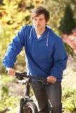 Ritratto del giovane con il ciclo nella sosta di autunno Fotografia Stock Libera da Diritti