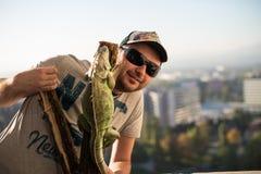 Ritratto del giovane con l'iguana Fotografia Stock