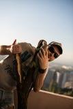 Ritratto del giovane con l'iguana Immagini Stock Libere da Diritti